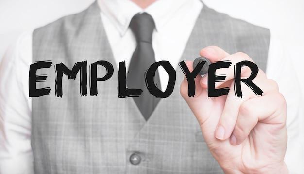 Biznesmen pisze słowo pracodawca z markerem, koncepcja biznesowa