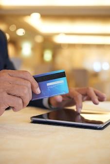 Biznesmen płacący za zakupy kartą kredytową