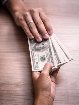 Biznesmen płaci pieniądze - rachunki dolara amerykańskiego (usd)