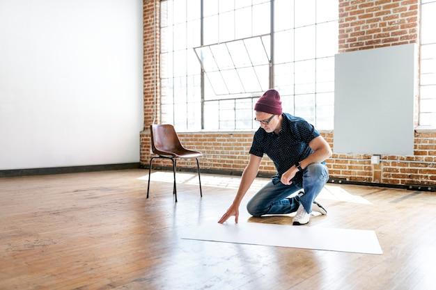 Biznesmen planujący projekt na podłodze