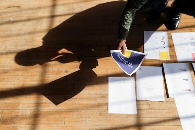 Biznesmen planujący strategię marketingową na drewnianej podłodze
