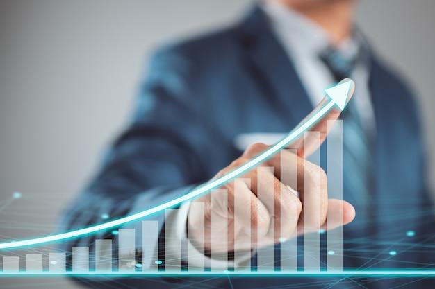 Biznesmen planuje wzrost i wzrost pozytywnych wskaźników. koncepcja rozwoju i wzrostu.