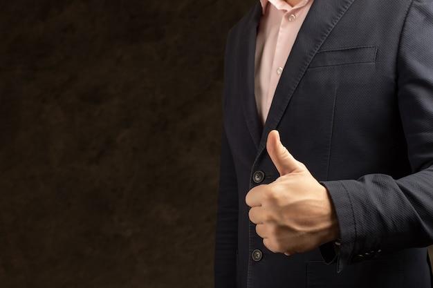 Biznesmen podając kciuki jako motywacja w koncepcji biura