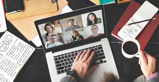 Biznesmen podczas wideokonferencji podczas pracy w domu podczas pandemii koronawirusa