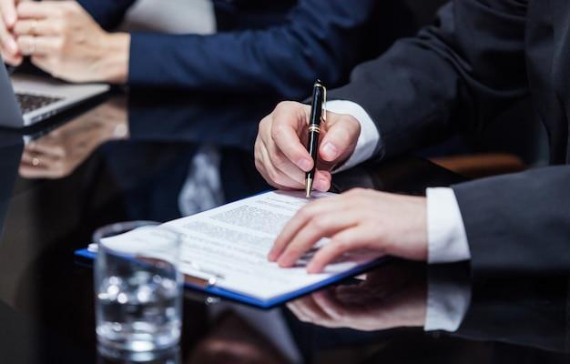 Biznesmen podpisujący dokumenty