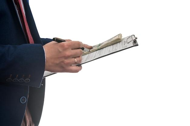 Biznesmen podpisuje umowę kupna lub dzierżawy, trzymając dolary na białym tle