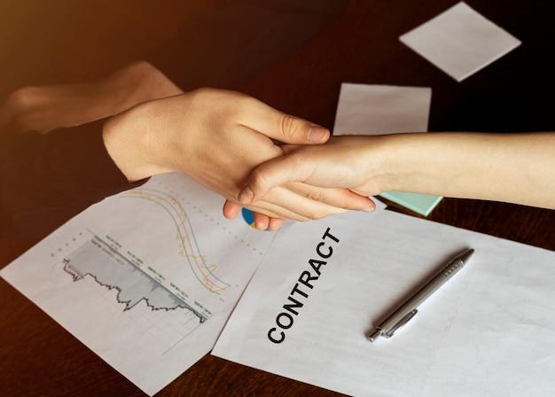 Biznesmen podpisuje umowę, szczegóły umowy biznesowej