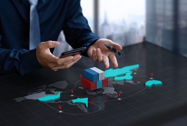 Biznesmen pokaż pojemnik na eksport na ekranie cyfrowej mapy świata