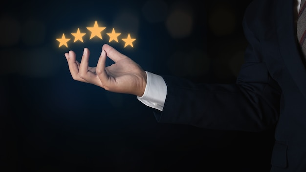 Biznesmen pokazano pięć gwiazdek. ocena usług, koncepcja satysfakcji. opinie klientów dotyczące oceny doskonałej obsługi i najlepszej obsługi klienta.