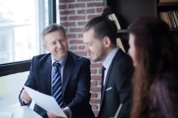 Biznesmen pokazując dokument partnerowi biznesowemu. koncepcja współpracy