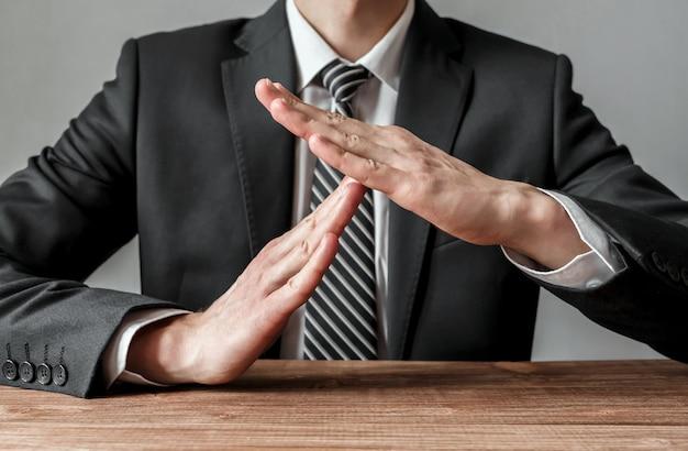 Biznesmen pokazując gest limitu czasu, język ciała, koncepcja biznesowa