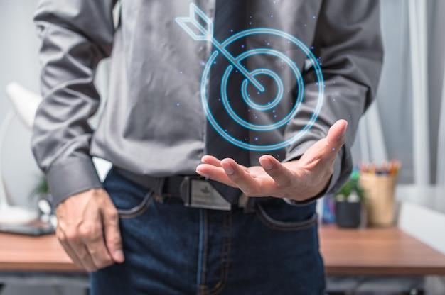 Biznesmen pokazując symbol celu biznesu