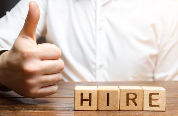 Biznesmen pokazuje kciuk i zatrudnianie napis