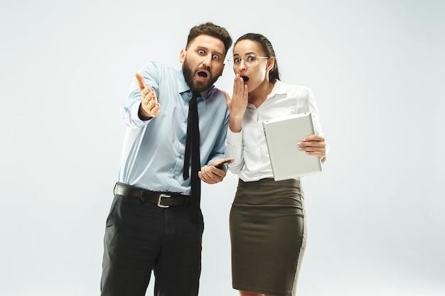 Biznesmen pokazuje laptopa swojemu koledze w biurze.