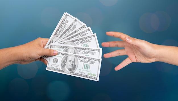 Biznesmen pokazuje pieniądze