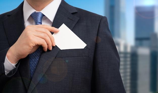 Biznesmen pokazuje pustą wizytówkę. koncepcje biznesowe.