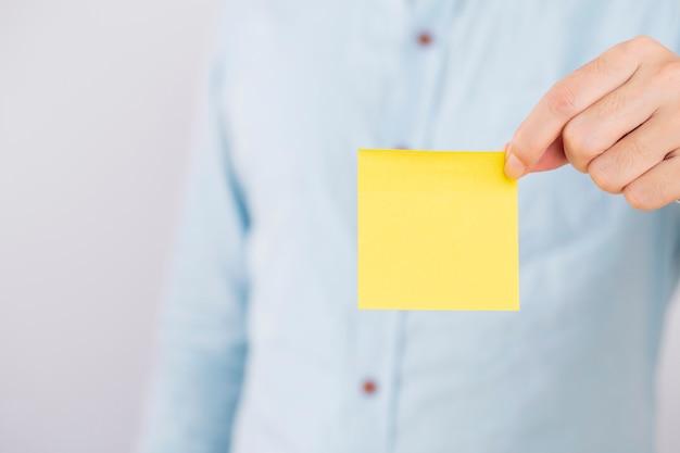 Biznesmen pokazuje pustą wizytówkę na bielu