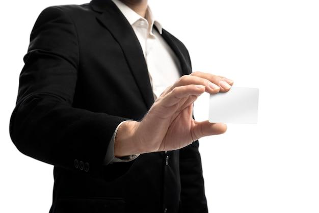 Biznesmen pokazuje pustą wizytówkę