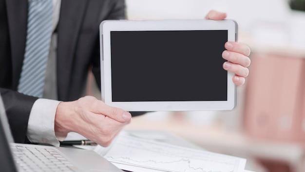. biznesmen pokazuje tablet z pustego ekranu