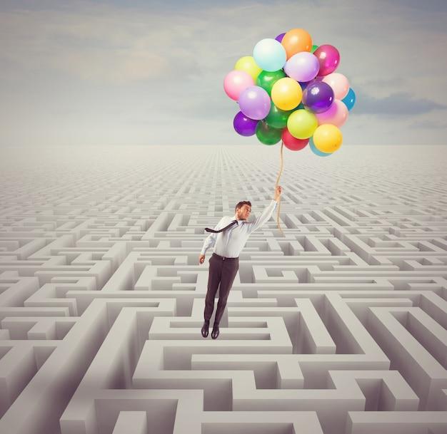 Biznesmen pokonuje przeszkody i problemy z lekkością