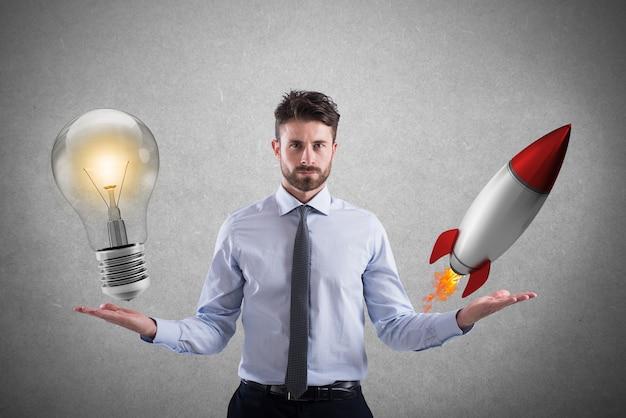 Biznesmen porównuje żarówkę do rakiety. koncepcja pomysłu i uruchomienia