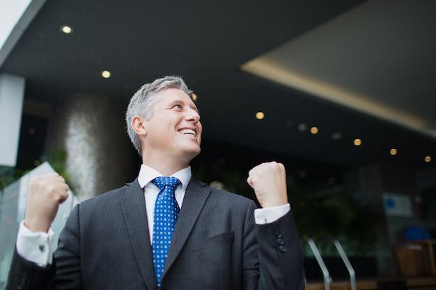 Biznesmen portret emocje średnim sukcesem