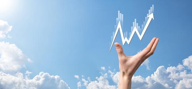 Biznesmen posiada dane dotyczące sprzedaży i wykres wykresu wzrostu gospodarczego. planowanie i strategia biznesowa. analiza obrotu giełdowego. finanse i bankowość. technologia marketingu cyfrowego. plan zysku i wzrostu.