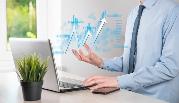 Biznesmen posiada dane o sprzedaży i wykres wykresu wzrostu gospodarczego. planowanie i strategia biznesowa. analiza obrotu giełdowego. finanse i bankowość. technologia marketingu cyfrowego. plan zysku i wzrostu.