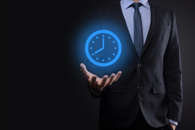 Biznesmen posiada ikonę niebieskiego zegara