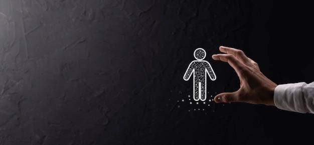 Biznesmen posiada ikonę osoby człowieka na ciemnym tle. hr ludzki, ludzie icontechnology process system business z rekrutacją, zatrudnianiem, budowaniem zespołu. koncepcja struktury organizacyjnej