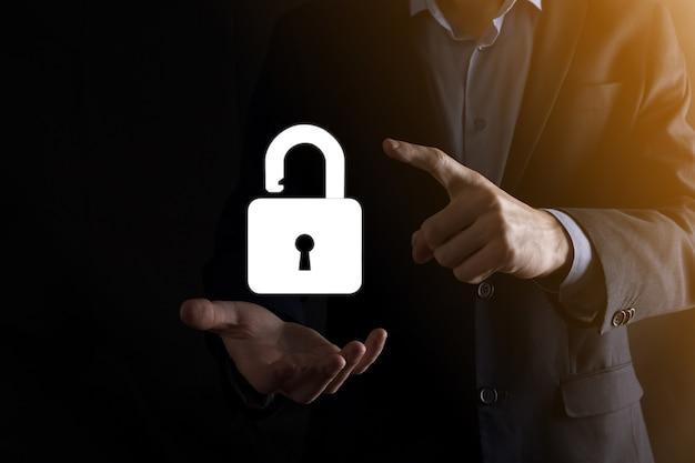 Biznesmen posiada ikonę otwartej kłódki na dłoni. odblokowanie wirtualnej blokady. koncepcja biznesowa i metafora technologii dla cyberataku, przestępczości komputerowej, bezpieczeństwa informacji i szyfrowania danych.