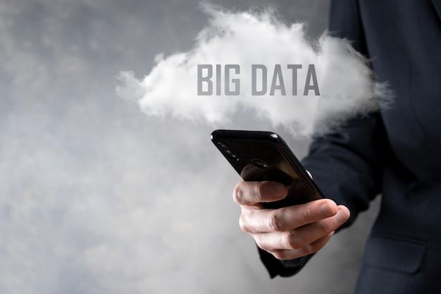 Biznesmen posiada napis big data.