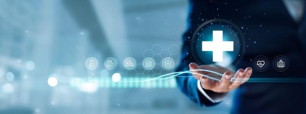 Biznesmen posiada wirtualną sieć medyczną covid19 pandemia służba zdrowia i ubezpieczenia