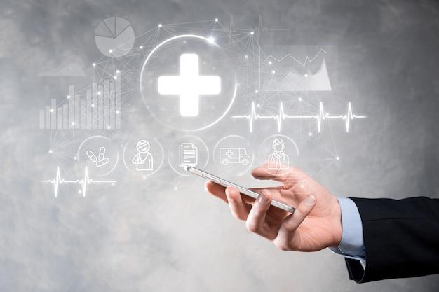 Biznesmen Posiadają Ikony Połączenia Wirtualnego Oraz Medycznego Sieci. Pandemia Covid-19 Rozwija świadomość Ludzi I Zwraca Uwagę Na Ich Opiekę Zdrowotną. Lekarz, Dokument, Medycyna, Karetka Pogotowia, Ikona Pacjenta. Premium Zdjęcia