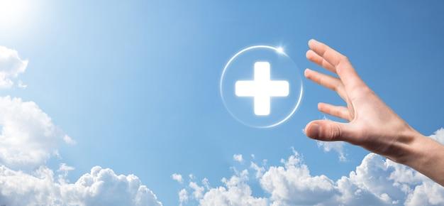Biznesmen posiadają ikony połączenia wirtualnego oraz medycznego sieci. pandemia covid-19 zwiększa świadomość ludzi i zwraca uwagę na ich opiekę zdrowotną.