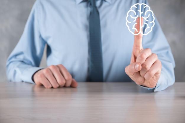 Biznesmen posiadający abstrakcyjne narzędzia mózgu i ikony, urządzenie, komunikacja sieciowa klienta na wirtualnym
