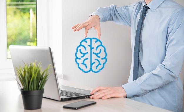 Biznesmen posiadający abstrakcyjne narzędzia mózgu i ikony, urządzenie, komunikację sieciową klienta na wirtualnym, innowacyjnym rozwoju przyszłej technologii, nauki, innowacji i koncepcji biznesowej.