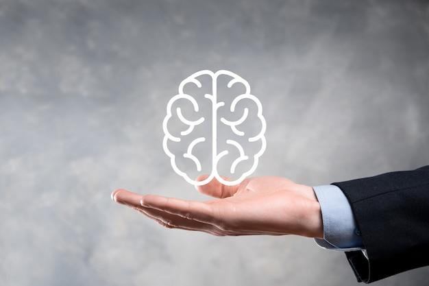Biznesmen posiadający abstrakcyjny mózg i ikonę cyfrowy marketing, strategia i docelowy cel inwestycyjny