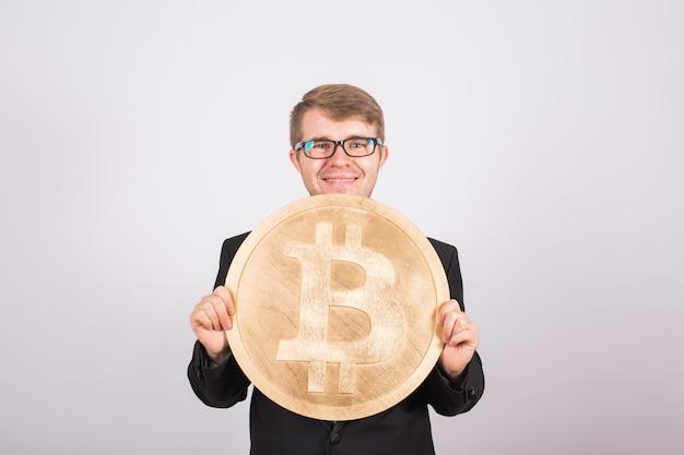 Biznesmen posiadający bitcoin na białym tle