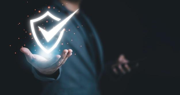 Biznesmen posiadający cyberbezpieczeństwa i ochrony systemu sieci technologii informacji.