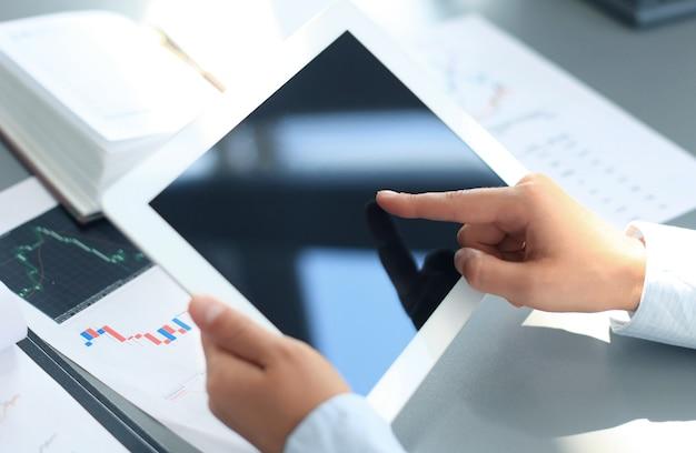 Biznesmen Posiadający Cyfrowy Tablet Premium Zdjęcia