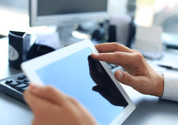 Biznesmen posiadający cyfrowy tablet