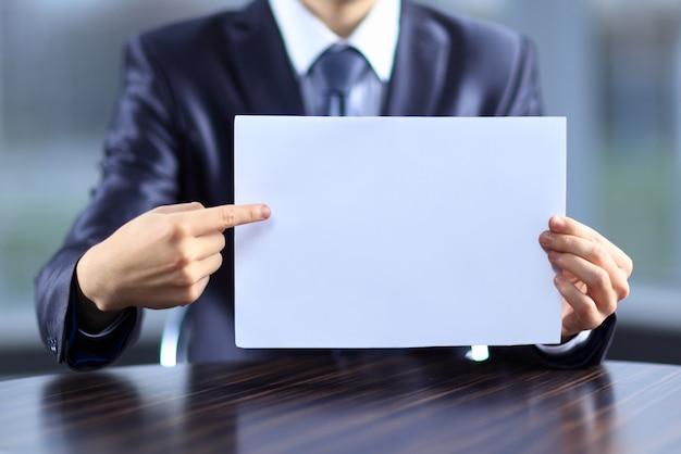 Biznesmen posiadający czysty papier