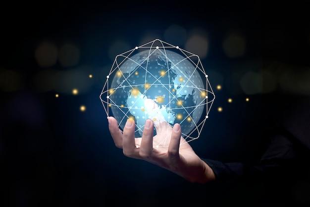 Biznesmen posiadający globalne połączenie sieciowe. koncepcja globalnego biznesu. cyfrowe łącze tech.