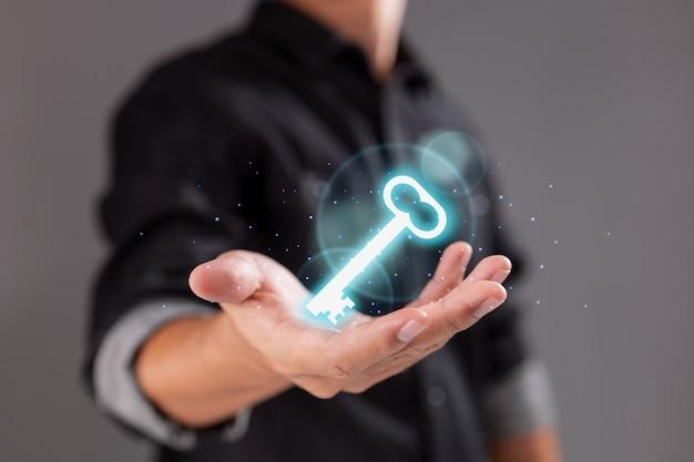 Biznesmen posiadający jasny klucz ikona, zbliżenie i osobiste.