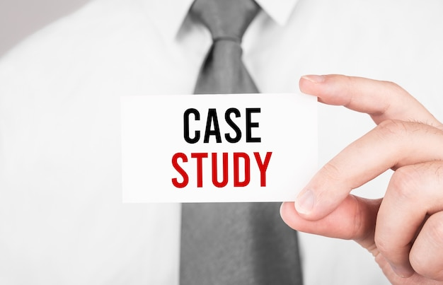 Biznesmen posiadający kartę z tekstem case study, koncepcja biznesowa