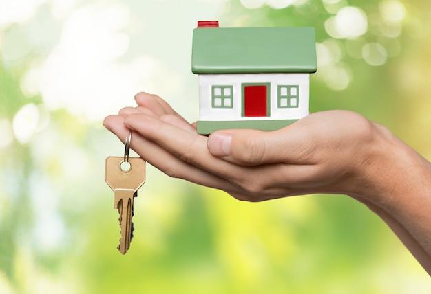 Biznesmen posiadający model domu i klucze, koncepcja nieruchomości