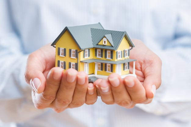Biznesmen posiadający model domu, koncepcja nieruchomości