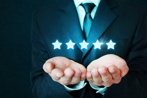 Biznesmen posiadający pięć gwiazdek koncepcji