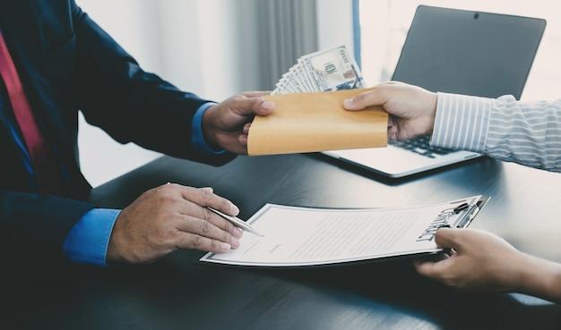 Biznesmen posiadający pieniądze banknotów dolarowych, aby przekupić koncepcję przeciwdziałania przekupstwu urzędników finansowych